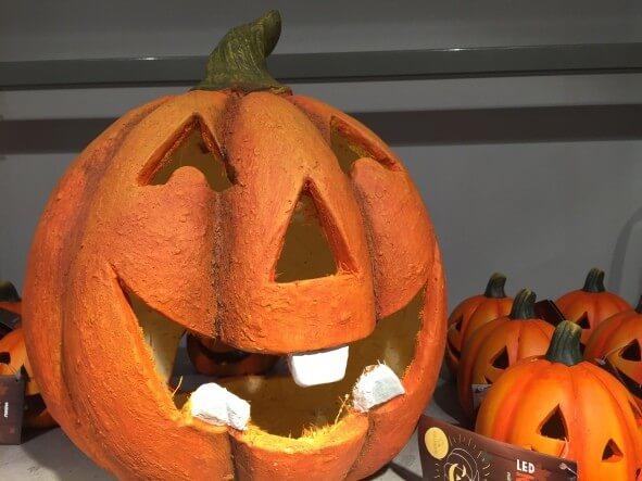 Kürbis im Regal zu Halloween